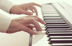 Mann, der ein Klavier spielt lizenzfreies stockfoto