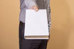 Mann, der ein leeres Buch hält Stockbilder