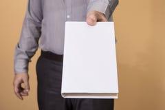 Mann, der ein leeres Buch hält Lizenzfreie Stockbilder
