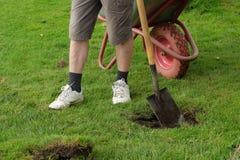 Mann, der ein Loch mit einer Schaufel gräbt stockfoto