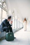 Mann, der ein Mädchen wartet Stockfoto