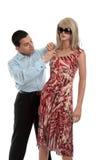 Mann, der ein Mannequin kleidet lizenzfreie stockfotos