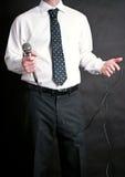 Mann, der ein Mikrofon anhält lizenzfreie stockfotografie