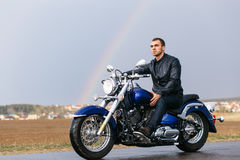Mann, der ein Motorrad reitet Stockfotos