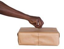 Mann, der ein Paket hält Lizenzfreies Stockbild