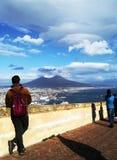 Mann, der ein Panorama mit Vesuv aufpasst Lizenzfreies Stockbild