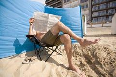 Mann, der ein Papier liest Stockbild