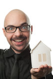 Mann, der ein Papierhaus hält. Stockfotografie