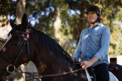 Mann, der ein Pferd in der Ranch reitet lizenzfreie stockbilder