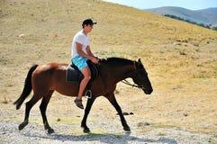 Mann, der ein Pferd reitet Stockbilder