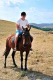 Mann, der ein Pferd reitet Stockfotos