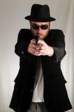 Mann, der ein Pistolen-Gewehr hält lizenzfreie stockfotos
