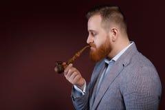 Mann, der ein Rohr raucht Lizenzfreie Stockfotografie