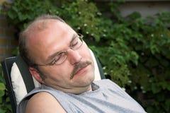 Mann, der ein Schlaefchen hält Lizenzfreies Stockbild