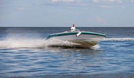 Mann, der ein schnelles Boot fährt stockfotos