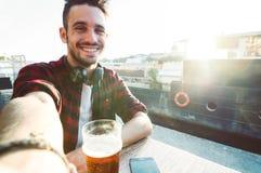 Mann, der ein selfie an den Ferien nimmt stockfotografie