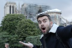 Mann, der ein selfie in gebrannter Notre Dame, Paris nimmt lizenzfreie stockfotografie