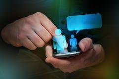Mann, der ein smartphone verwendet Lizenzfreie Stockfotografie