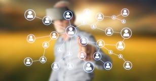 Mann, der ein Social Media-Netz berührt lizenzfreies stockbild