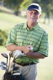 Mann, der ein Spiel des Golfs spielt Lizenzfreie Stockbilder