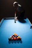 Mann, der ein Spiel des Pools spielt Lizenzfreie Stockfotografie