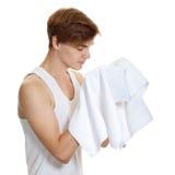 Mann, der ein Tuch getrennt anhält lizenzfreie stockbilder
