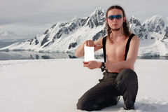 Mann, der ein weißes Formular anhält Lizenzfreie Stockfotografie