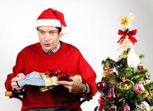 Mann, der ein Weihnachtsgeschenk auspackt Lizenzfreie Stockfotografie