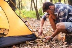 Mann, der ein Zelt gründet Stockfotos