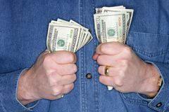 Mann, der ein zum Bargeld anhält Stockbild
