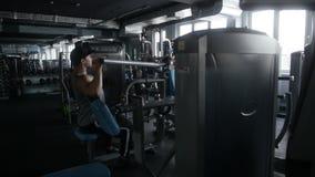 Mann, der eine Übung auf seinen Schultern tut stock video footage