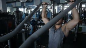 Mann, der eine Übung auf seinen Schultern tut stock footage