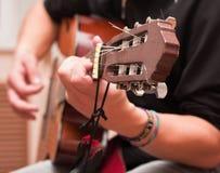 Mann, der eine accoustic Gitarre spielt Stockbilder