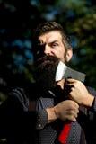 Mann, der eine Axt hält Stockfotos