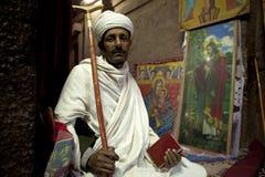 Mann, der eine Bibel, Lalibela hält stockfotos