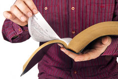 Mann, der eine Bibel liest stockfotos