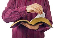 Mann, der eine Bibel liest lizenzfreies stockfoto