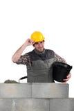 Mann, der eine Blockwand legt Stockfotos