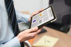 Mann, der eine digitale Tablette anhält Lizenzfreie Stockbilder