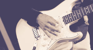 Mann, der eine E-Gitarre spielt Stockbilder