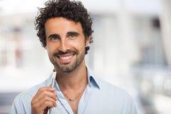 Mann, der eine elektronische Zigarette hält Stockbild