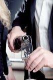 Mann, der eine Flöte des Champagners gießt Stockbild