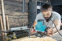 Mann, der eine Fräsmaschine hält lizenzfreie stockfotos