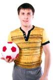Mann, der eine Fußballkugel anhält. Stockfoto