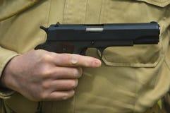 Mann, der eine Gewehr anhält Stockfotografie