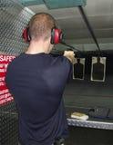 Mann, der eine Gewehr schießt Stockbilder
