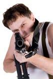 Mann, der eine Gewehr zielt Stockbilder