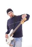 Mann, der eine Gitarre mit Anpassungen abstimmt Stockbild