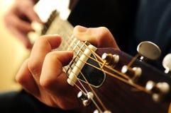 Mann, der eine Gitarre spielt Stockbild