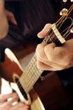 Mann, der eine Gitarre spielt Lizenzfreies Stockfoto